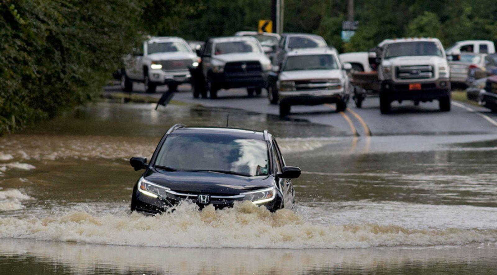 Cách để lái xe an toàn trong những ngày mưa bão