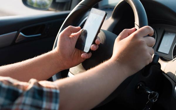 Tránh làm việc riêng trong khi lái xe